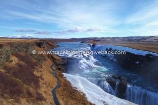 26 - Gullfoss, Islanti Live now - dream later Gullfoss, Islanti: Islanti on maa, jonne jokaisen luonnon ystävän pitäisi matkustaa vähintään kerran elämässään – pieni saarivaltio on täynnä toinen toistaan uskomattomampia luonnon ihmeitä, joille mystiset ja vähän hullunkurisetkin kansantarut luovat oman persoonansa. Myös kuvan Gullfossilla, Islannin tunnetuimmalla vesiputouksella, on monta taianomaista tarinaa kerrottavanaan.