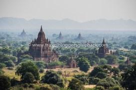 49 - Bagan, Myanmar My Passport Pages Bagan, Myanmar: Baganin temppelit aamu-usvassa. Temppelin huipulta aamun hiljaisuudessa otetussa kuvassa on ikuistettuna Baganin mystiikkaa uuden päivän valjetessa. Aamu-auringon hennossa valossa, usvan keskeltä kohoavien lukemattomien temppeleiden huiput luovat ympärille ainutkertaisen maiseman.