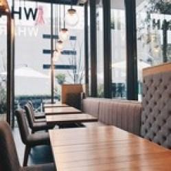 梅田 ワーフ - 晴れた日には開放感あふれる店内に明る日差しが差し込みさらに心地いい空間に。