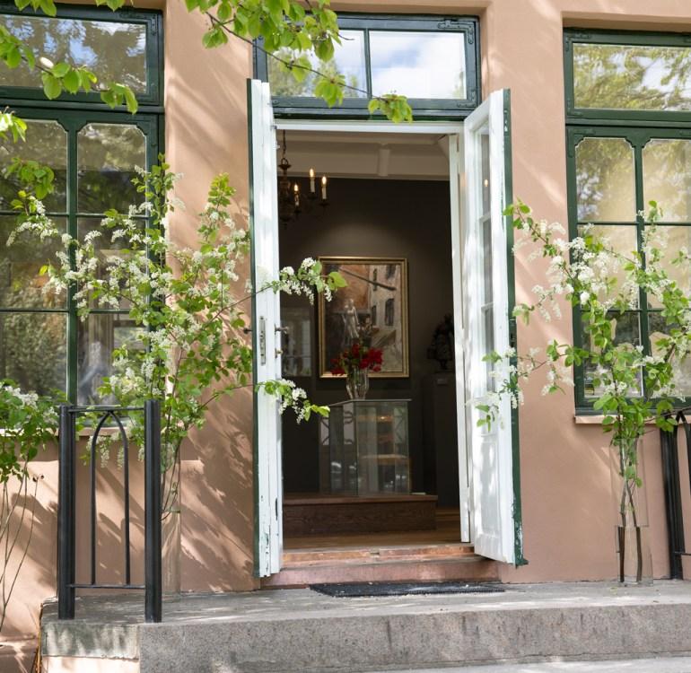 Inngang fra hagen på galleriet
