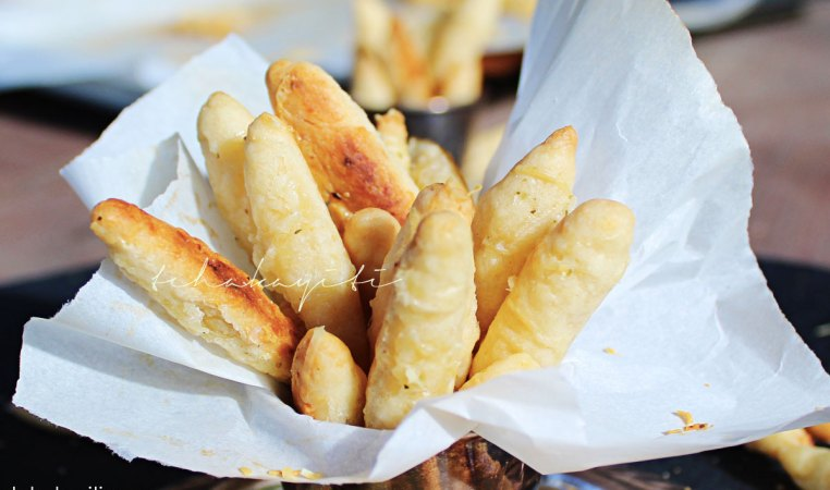 These Haitian cheese sticks require 3 ingredients: butter, cheese, flour. A great baking lesson for young kids.   tchakayiti.com