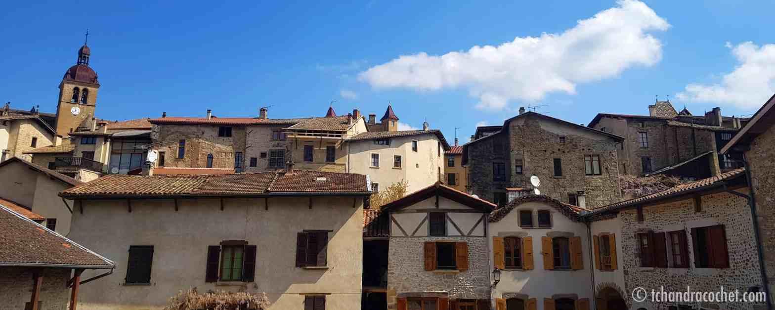 Saint-Antoine l'Abbaye au-dessus de sa Halle