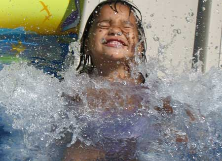 niña bañándose