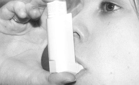 Usando el inhalador contra el asma