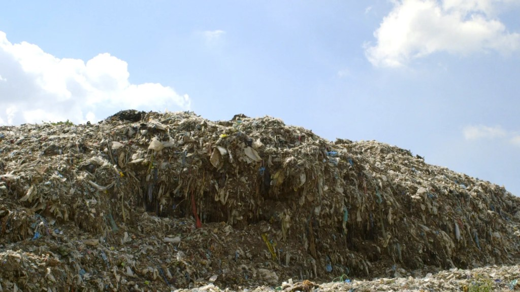 Mountains of discarded clothing in Haiti [Image: 1 million women]