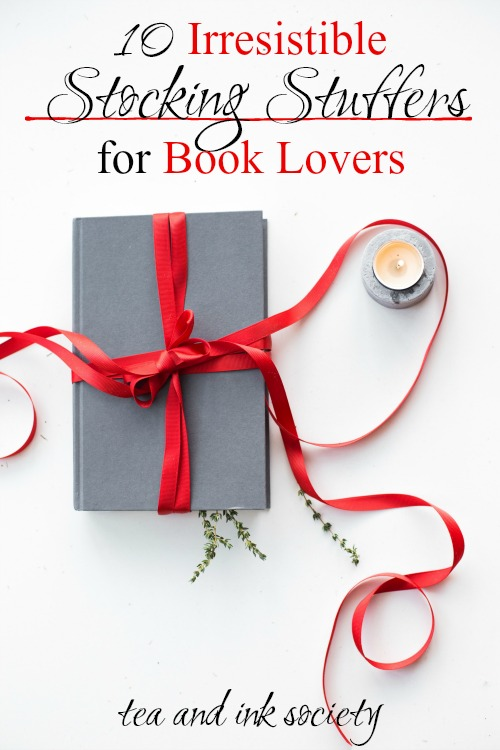Yes, please!! Book lovers will adore this list of literary stocking stuffers! These stocking stuffers for bookworms make the ideal addition to your reading nook or around your home.#bookishgifts #giftguide
