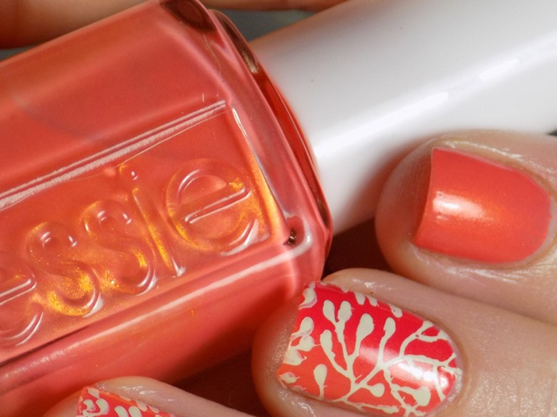 Essie Fondant of You - Essie Summer 2017 - Closeup Swatch Showing Flash of Gold