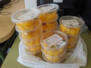 Alarma en Murcia: ¿la Región seguirá repartiendo fruta envuelta en plástico?