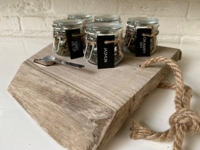 theeplank van hout met 5 smaken losse thee vooraanzicht