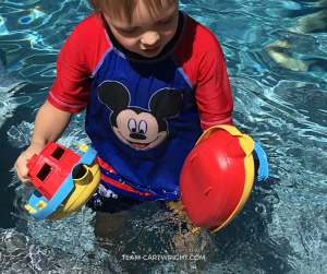 The pool is a great laboratory to explore scientific concepts! Here are easy and fun activities to explore science by the pool. #STEMactivity #easyscience #toddlerlearning #preschoollearning #scienceproject #summerlearning Team-Cartwright.com