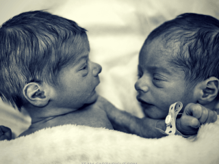 Every twin mom is told to get her twins on a schedule. But how exactly do you do that? This is step one: The daily wake time. Learn how a simple daily wake time with twins will set you up for success. #babywise #schedule #twins #newborntwins #twinschedule #dailywaketime #twinroutines Team-Cartwright.com