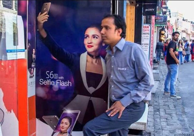 Funny Selfies with smartphone ad