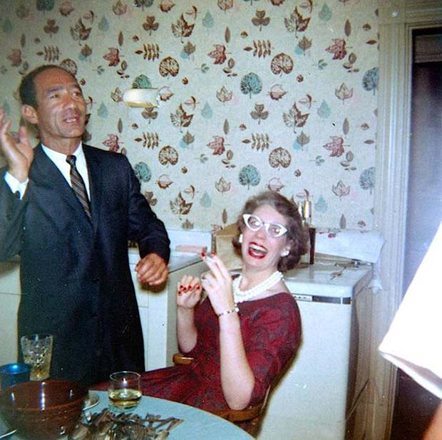Donnie was right. His levitating hot dog bun trick was the way to Francine's heart. … ~.~ ... Funny Awkward family photos, vintage snapshots, holiday party