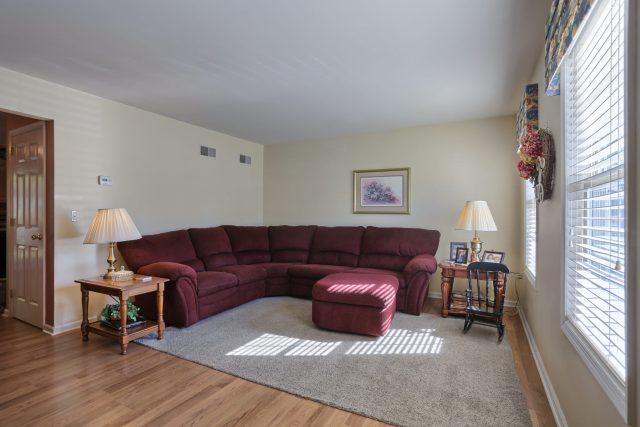 594 Cloverbrook Dr - Living Room
