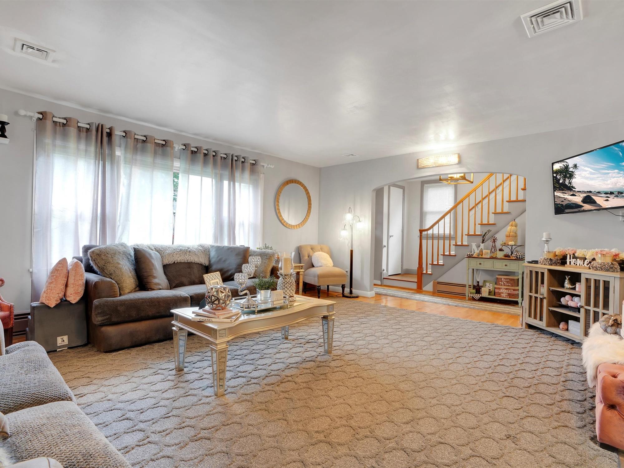 2022 Kline St - Living room