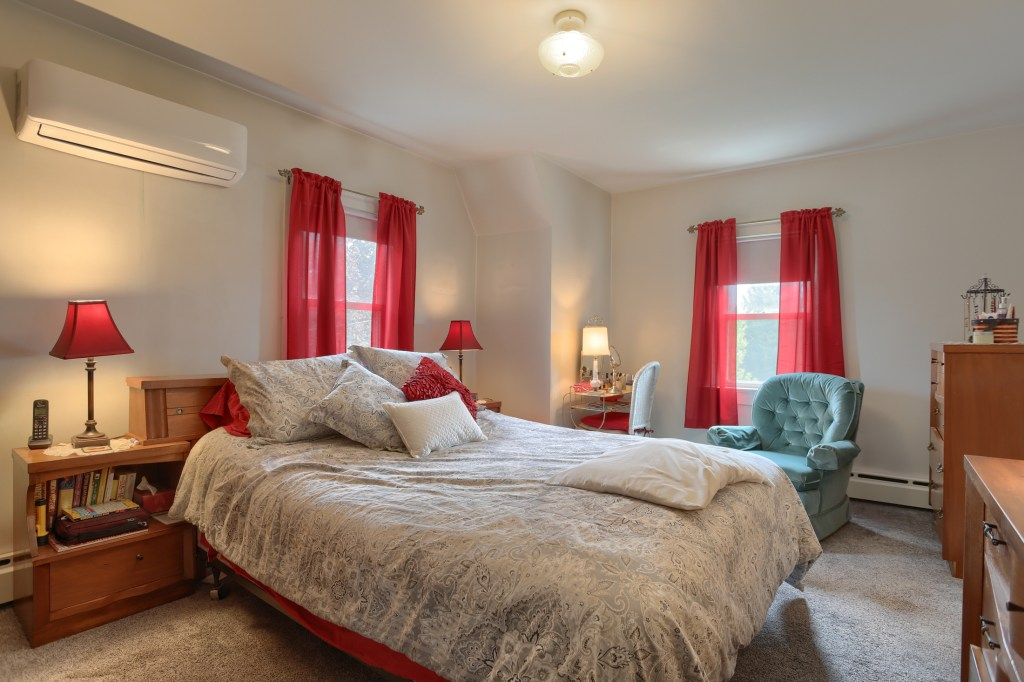 17 E. Hill St - Main bedroom