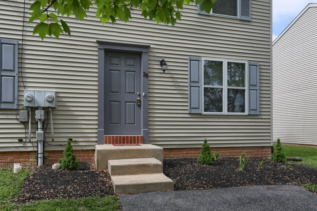25 Tiffany Lane - move in ready townhome