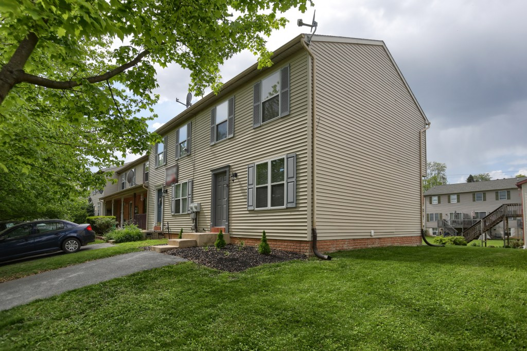 25 Tiffany Lane - move in ready townhome waiting for its new owner