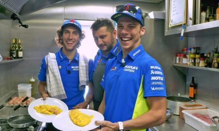 Álex Rins y Joan Mir compiten por la mejor tortilla del Suzuki Ecstar