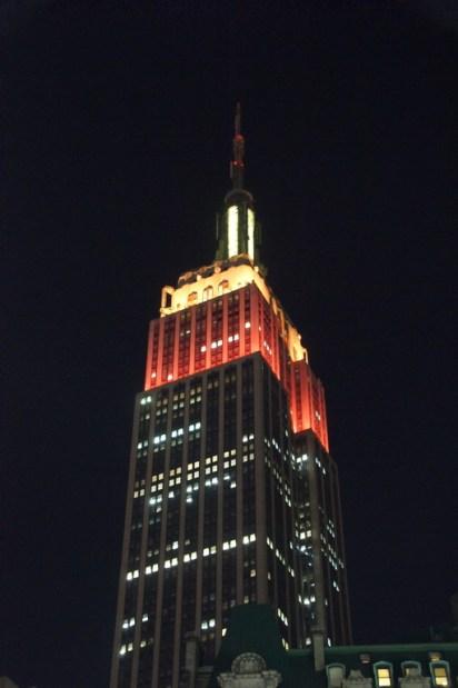 Empire State Building in den Thanksgiving Farben. Je nach Fest etc. erstrahlt das Gebäude in unterschiedlichen Farben. Man kann sich sogar Farben wünschen. Über den Preis wird allerdings nichts gesagt... Sicher ein Schnäppchen