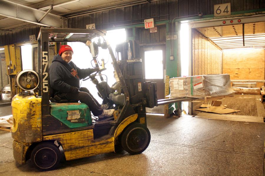 2015-04-08_yrc-dock-worker-02