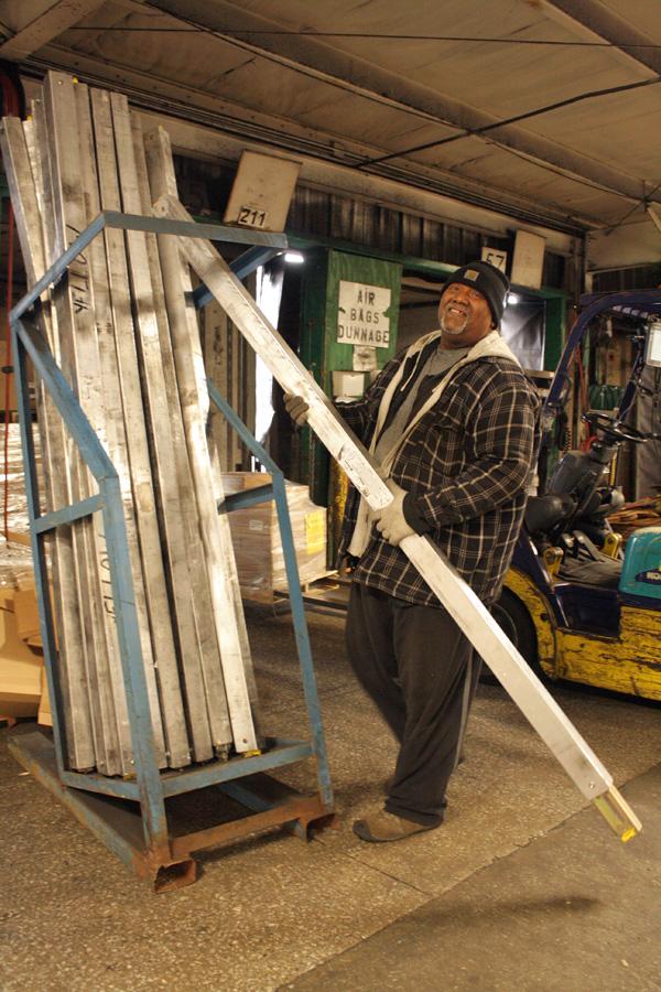 2015-04-08_yrc-dock-worker-05