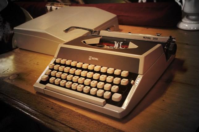 typewriter-452189_1280