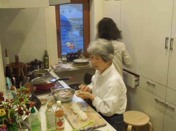 Mrs. Koseki & her aunt making gyoza from scratch!