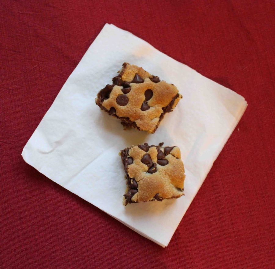 Chocolate Chip Cookie Bars have got to be the ultimate comfort food! | Teaspoon of Nose