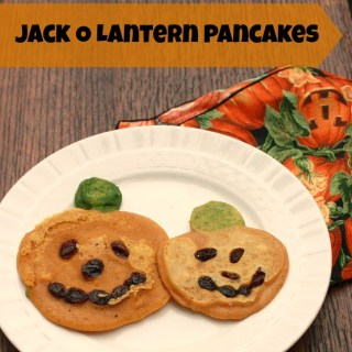 This kid friendly pumpkin pancakes are perfect for Halloween via @tspcurry