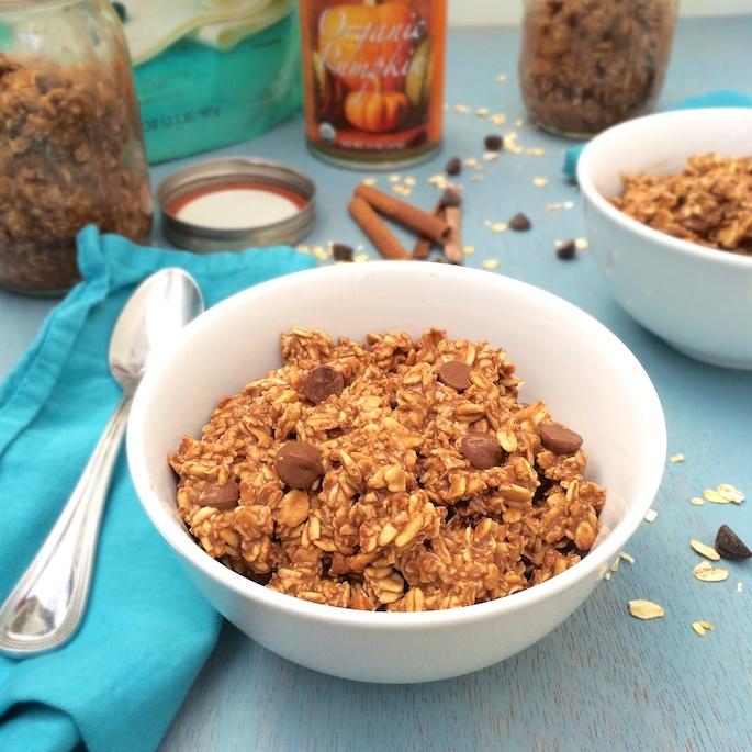 A healthy breakfast that tastes like dessert! Chocolate Pumpkin Overnight Oats via @teaspoonofpspice