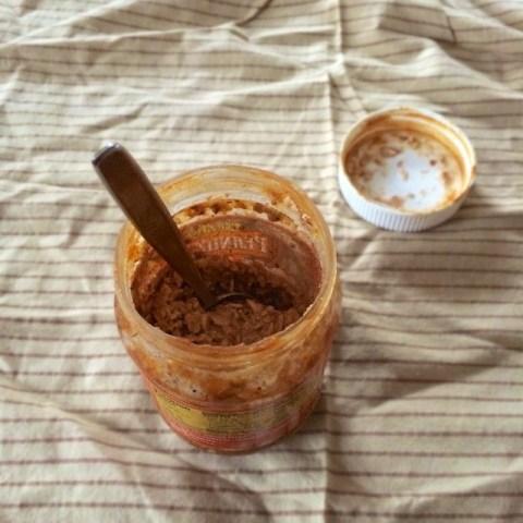 #HealthyKitchenHacks: Make PB&J Overnight Oats in an Empty Peanut Butter Jar