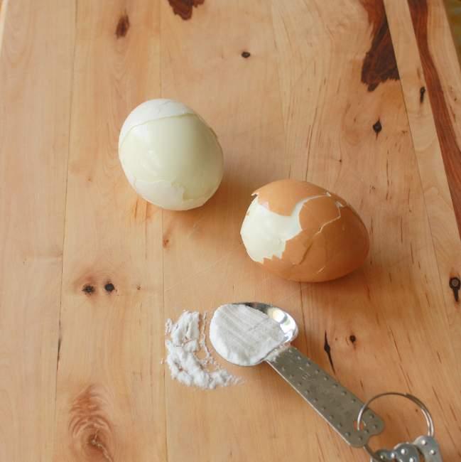 #HealthyKitchenHacks: Easily Peel Hardboiled Eggs | TeaspoonOfSpice.com
