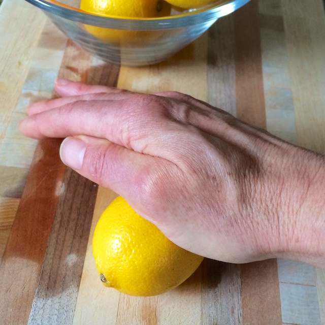 #HealthyKitchenHacks: How to Get More Juice Out of Your Citrus via @teaspoonofspice.com @tspbasil