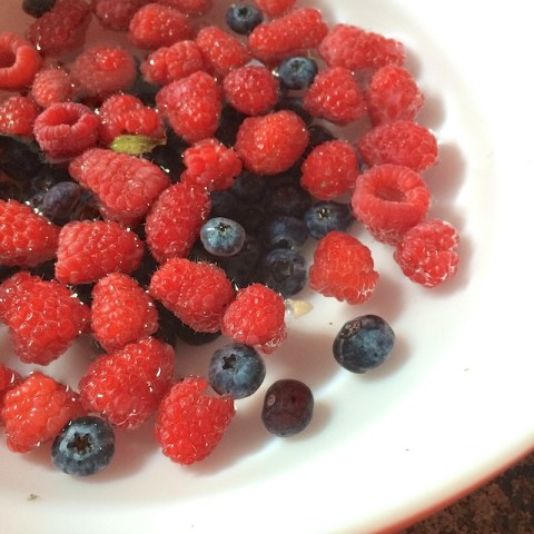 #HealthyKitchenHacks: DIY Fruit & Vegetable Wash