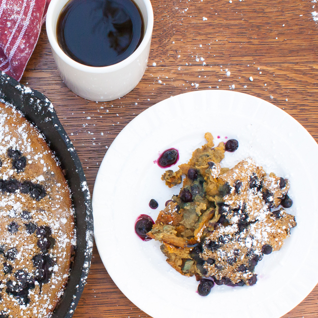Make this crowd-pleasing holiday brunch dish in only 20 minutes: Puffy Gingerbread Oven Pancake with Wild Blueberries | @Tspcurry - For more BRUNCH recipes go to TeaspoonOfSpice.com