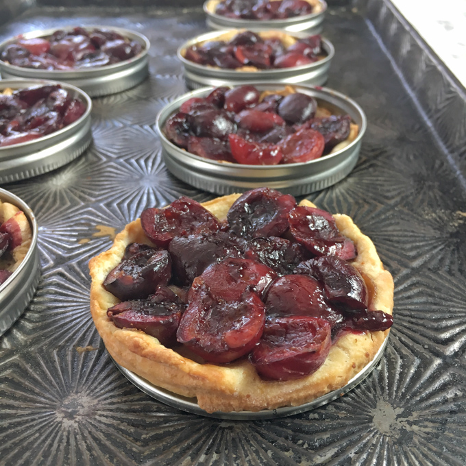 Use Mason jar lids to make portion sized mini fruit pies and tarts! Recipe at Teaspoonofspice.com