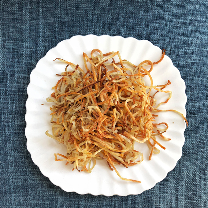 Spiralize up a batch of these addicting crunchy fries that are baked instead of fried. Recipe at Teaspoonofspice.com
