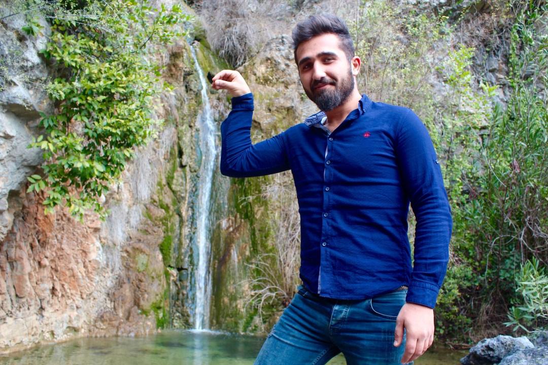 Mehmet posere med håndtegnet der har gjort den tyrkiske kok Nusret verdenskendt.