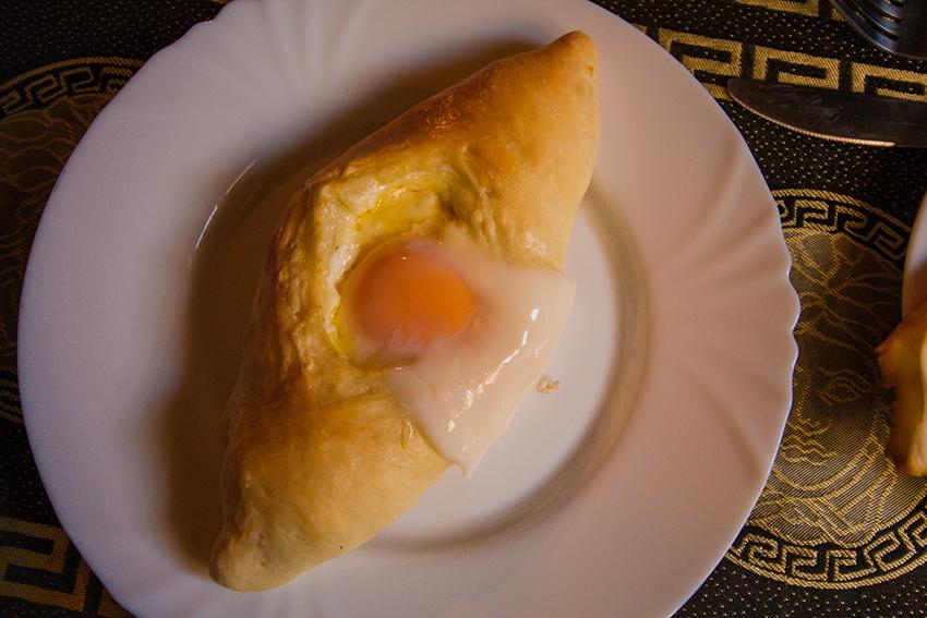 Khachapuri, georgisk mad, mad fra georgien, georgisk brød med ost og æg,