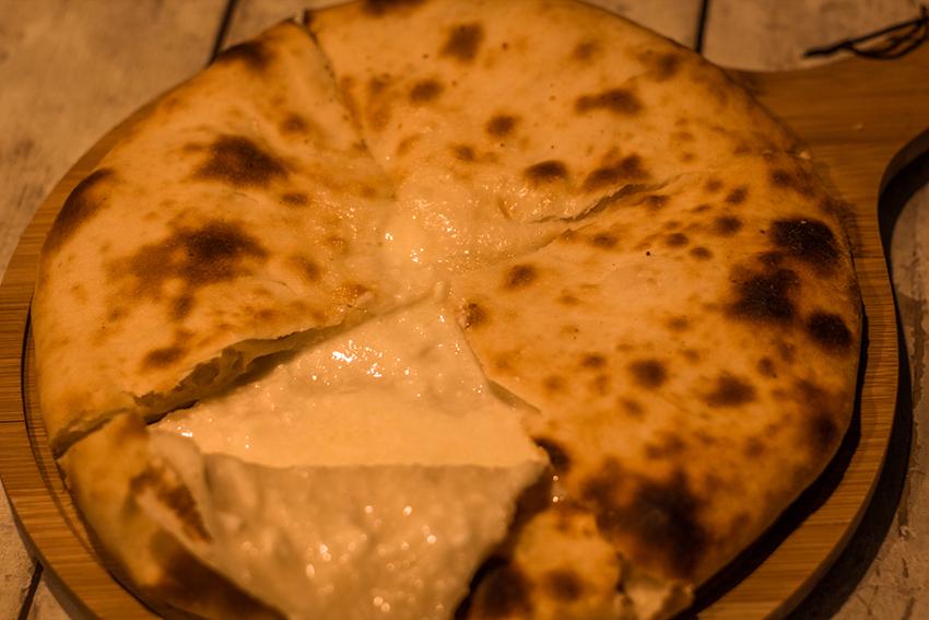 Khachapuri, Imeruli khachapuri, georgisk ostebrød, ostebrød i georgien, georgisk delikatesse, georgiske madguide, madguide fra georgien, georgisk mad du skal smage,