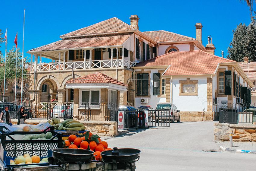 ataturk square, square ataturk, oplevelser i Lefkosa, seværdigheder i Lefkosa, Nordcypern guide, guide til Nordcypern, brittiske koloni bygninger, colonial buildings, brittske huse på Nordcypern, brittisk kolonni,