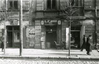 Fotografia Stefana Kiełszni z afiszem reklamującym występ Julii Flaum