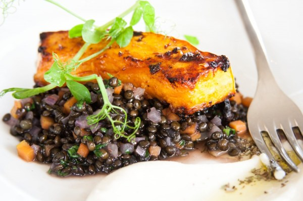 סטייק דלעת על תבשיל עדשים שחורות של מסעדת אדורה