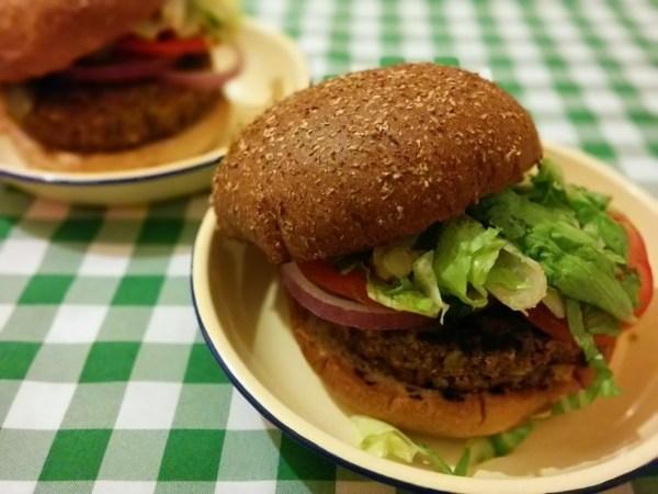המבורגר בריג'יט בארדו של מסעדת ״בלאק״