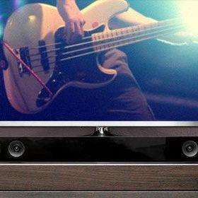 Barra de sonido en un gabinete debajo del televisor.