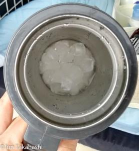 水筒に氷を入れて持ち歩く