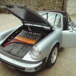Porsche 911(930)にテスラのリチウムイオンバッテリーをぎっしり積み込んでEV化