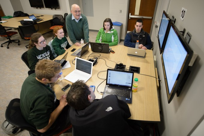 A faculty membe rinteracts with students in an MSU Room for Engaged and Active Learning