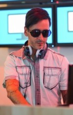 Dell's-Official-Flickr-Page-dj-shades-man-earphones-hip-outfit-style-beard-fair-exhibition-event-crop